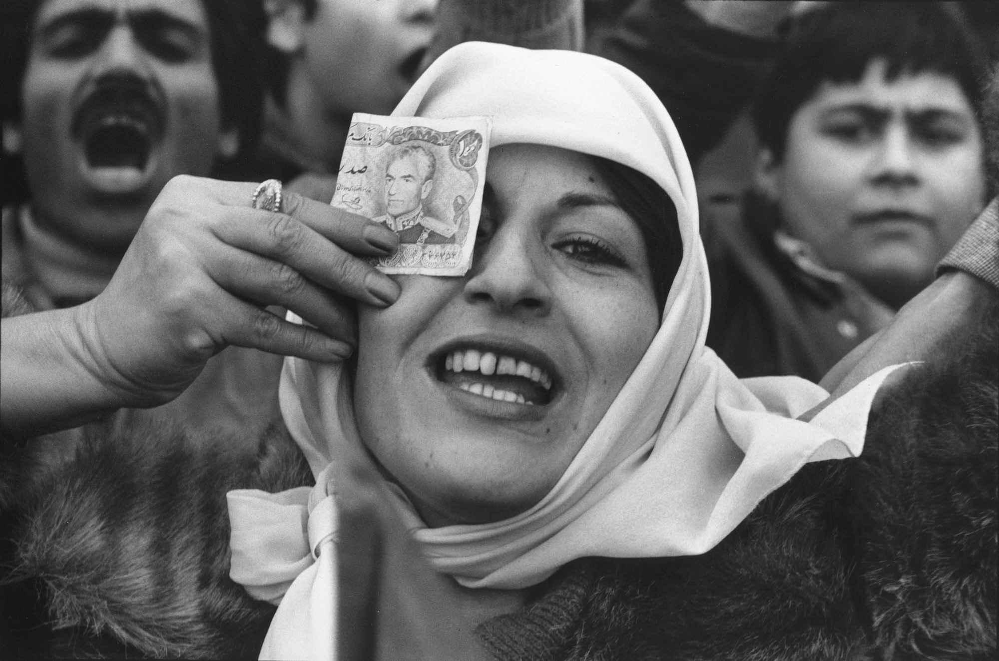 0021 - شهروندِ جهان (عباس عطار ۱۳۲۳-۱۳۹۷) - مگنوم, عکس اجتماعی, عباس عطار, شهروند جهان